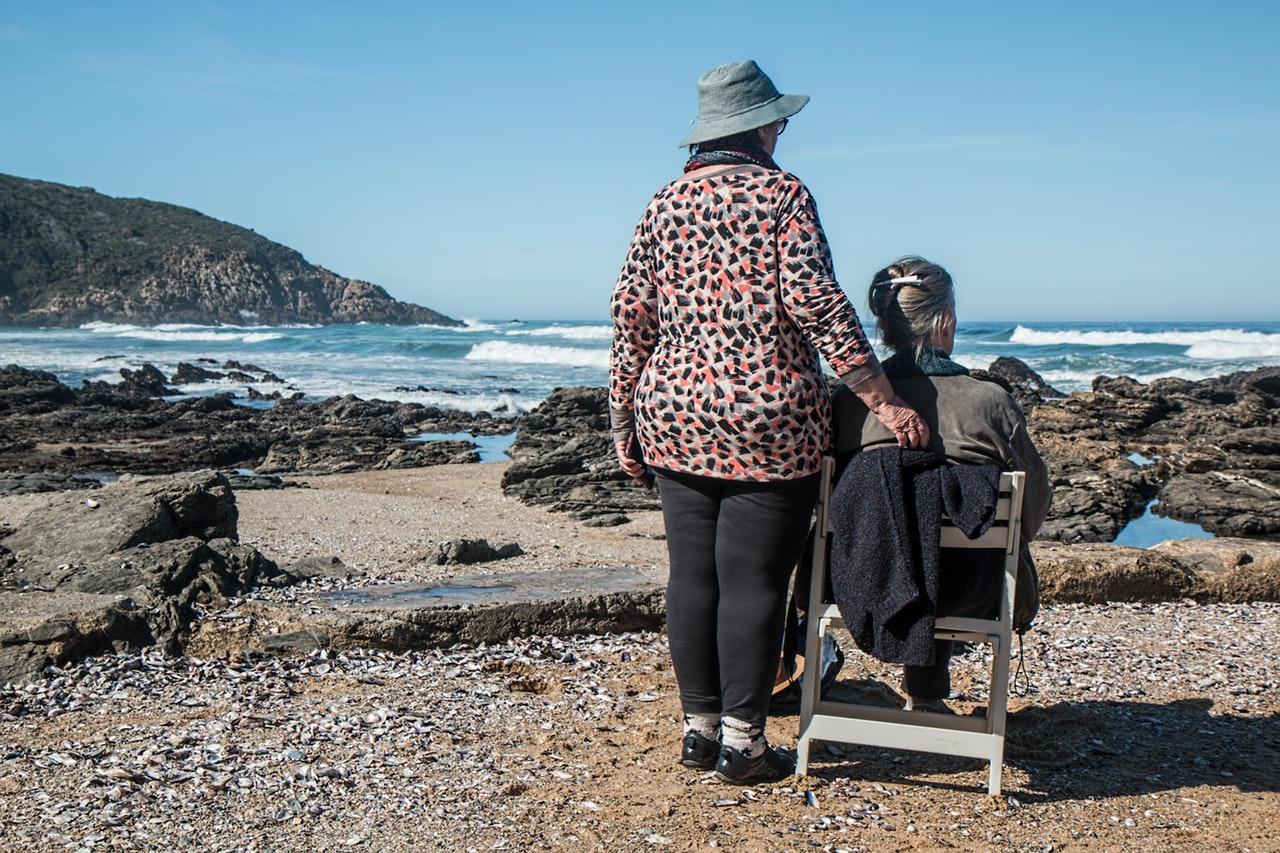Äldre kvinnor på resa